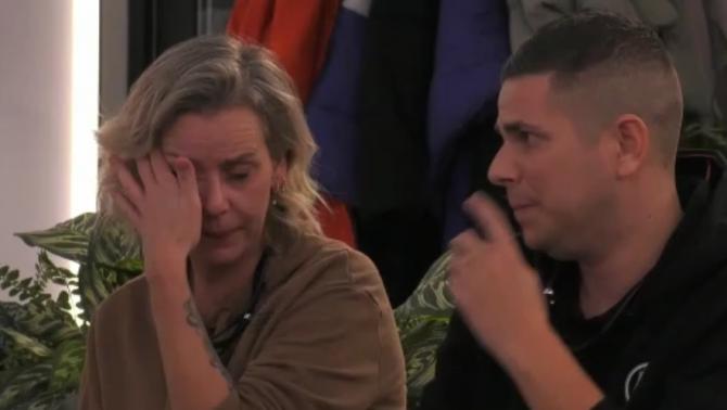 Daniëlle geeft toe tegenover de groep dat zij de Big Brother token gepakt heeft