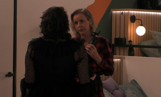 """Naomi en Daniëlle bespreken wat er met de """"verdwenen"""" Big Brother token moet gebeuren"""