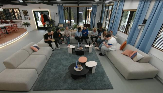 Big Brother zet de deelnemers aan het breien voor een opdracht