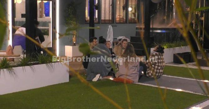 De groep heeft een gezellige avond in Big Brother na het plotselinge vertrek van drie bewoners