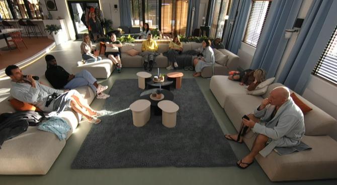 Big Brother vertelt tegen de groep dat Jill niet kan nomineren en genomineerd kan worden