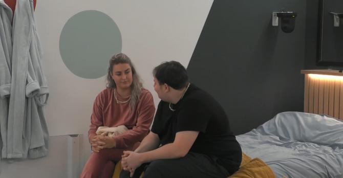 Thomas vertelt aan Jill dat hij haar genomineerd heeft