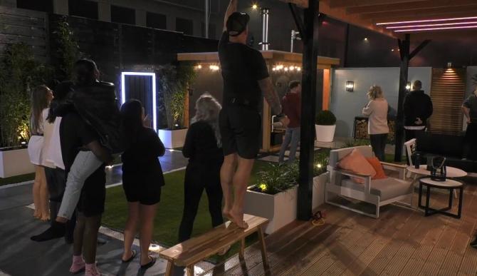 De Big Brother bewoners worden verrast met een vuurwerkshow