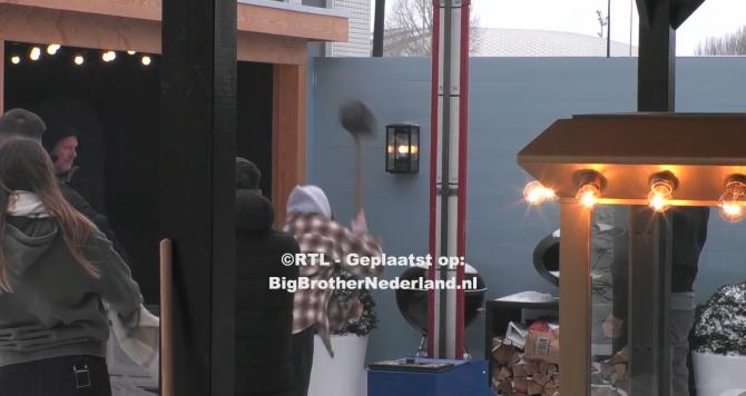 Big Brother heeft een winterkermis georganiseerd speciaal voor het boodschappenspel