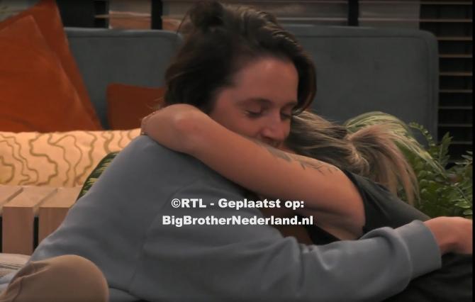 Big Brother vertelt aan Julie en Naomi dat zij de genomineerden van deze week zijn