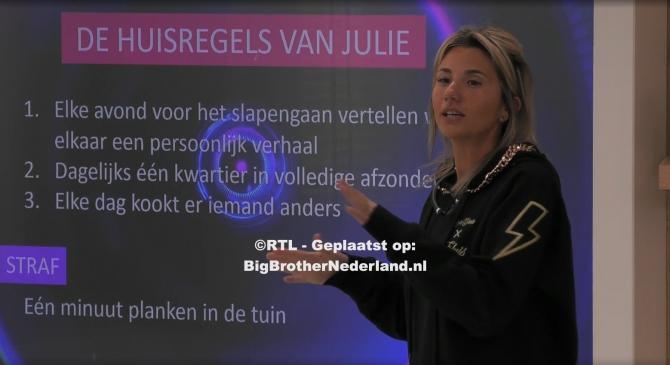 Huismeester Julie presenteert haar huisregels aan de groep