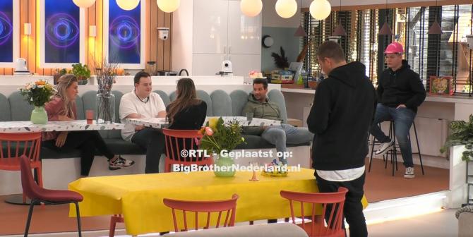 Oud bewoner Matt arriveert na een korte live stream onderbreking in het Big Brother huis