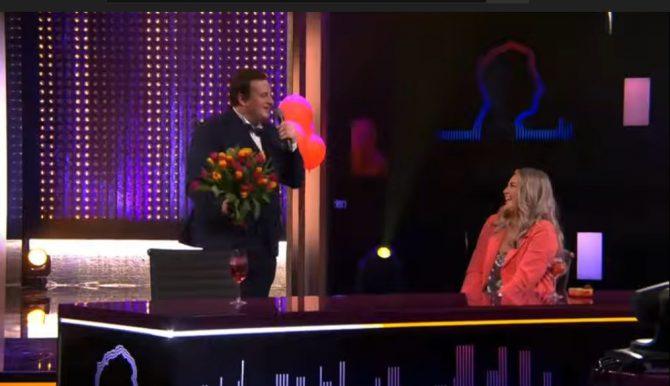 Thomas zingt Jill liefdevol toe tijdens De Cooke & Verhulst Show en Nick doet een oproep